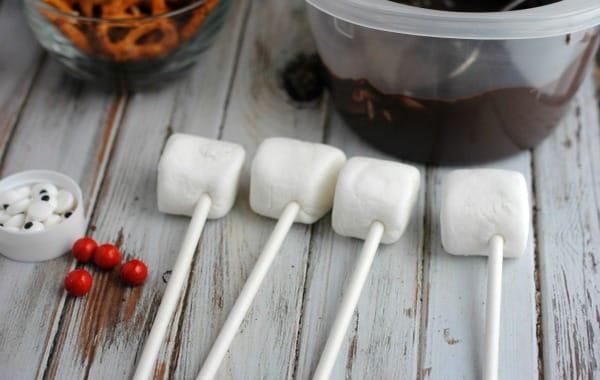 Easy Christmas Dessert Recipe: Reindeer Marshmallow Pops 2