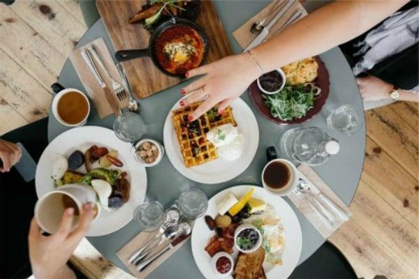 breakfast-table-setting