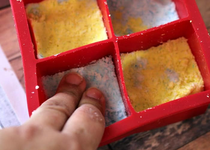 filling molds for homemade bath bombs recipe