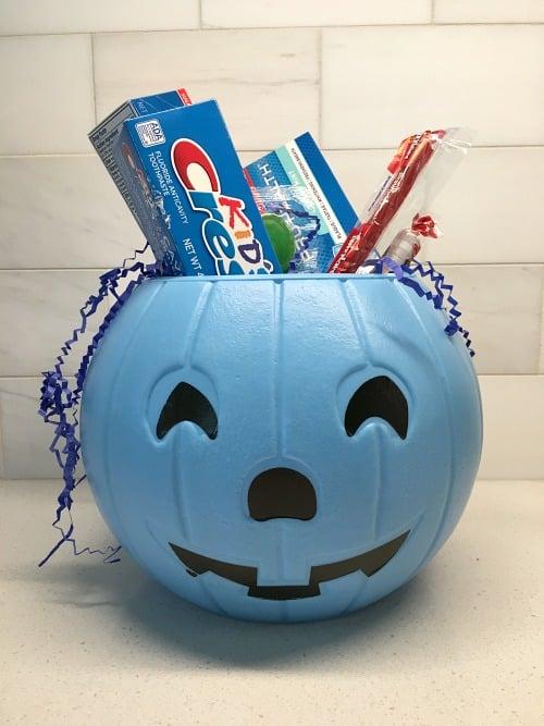 Crest in blue pumpkin
