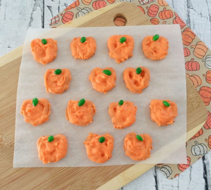 Looking for a fall snack idea? These pretzel pumpkins are super simple to make and incredibly delicious.